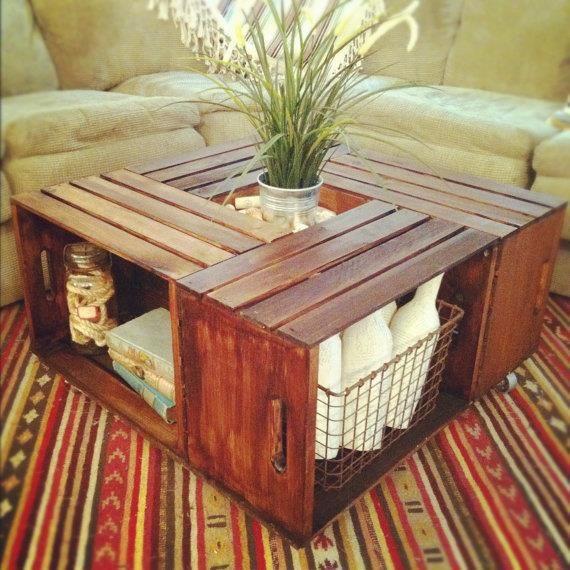 Reciclagem , Jardinagem e Decoração.    Quatro caixotes compõem esta interessante mesinha de centro, ainda conservando sua capacidade de armazenamento.    Fonte:  http://www.etsy.com/listing/105156860/rustic-crate-coffee-table?ref=sr_gallery_20_search_query=crate_view_type=gallery_ship_to=ZZ_min=0_max=0_search_type=all