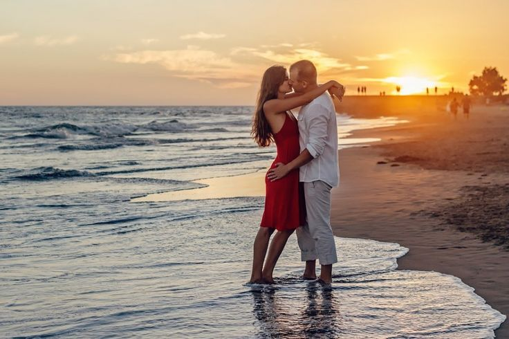 Картинка 900x600   Романтическое фото влюбленной пары на берегу моря.   Девушки, Любовь, фото #картинки#фото#девушка#любовь#романтика#поцелуй#парень_и_девушка#закат#море#пляж#обнимашки#love#kiss