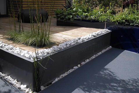 terrassen er placeret i forbindelse med huset og h vet. Black Bedroom Furniture Sets. Home Design Ideas