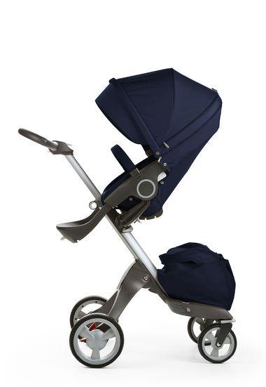 Der einzigartige Stokke® Xplory® mit seinem höhenverstellbaren Sitz bringt Sie Ihrem Kind näher und gemeinsam können Sie die Welt entdecken. Dank seines durchdachten Designs lässt sich der Stokke® Xplory® mühelos manövrieren, auch auf den belebten Straßen in der Stadt. Der Stokke® Xplory® mit seiner flexiblen Sitzausrichtung – Blick zu Ihnen oder nach vorne – ermöglicht nahezu unendliche Sitzpositionen. Kein anderer Kinderwagen bringt Kind und Eltern einander so nahe wie der Stokke® Xplory®.
