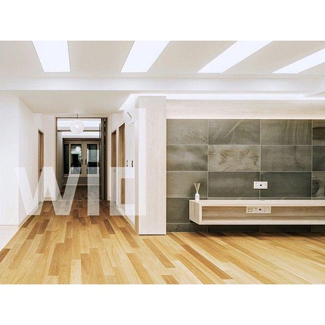 Tile-Sangah's - MARNE 45x90 /by @ceramichecoem  MARNE 로 시공된 아트월 모습입니다 약간의 붉은빛이 감도는 타일이 바닥의 우드와도 잘어울리죠?^^  출처 ; Wid design #tile #tiles #sangahtile #artwall #wall #grey #marble #stone #natral #livingroom #home #interior #design #interiordesign #상아타일 #타일 #인테리어 #디자인 #위드디자인 #거실 #벽 #아트월 #내추럴 #모던 #홈 #홈인테리어 #리빙