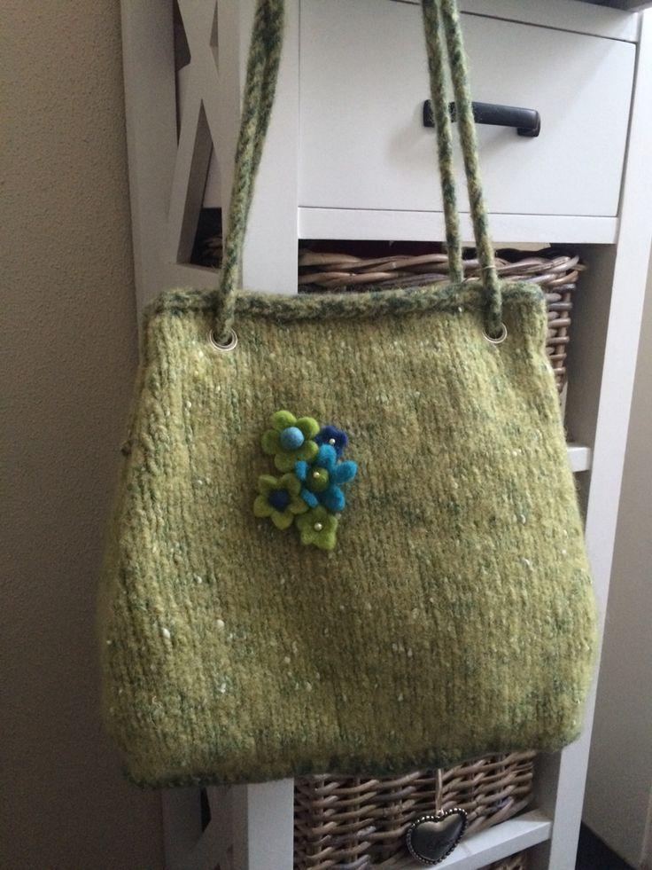 Gebreide en gevilte tas van 100% wol. Gevoerd met groene stof.