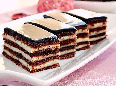 Prajitura cremoasa cu foi de cacao si glazura de ciocolata este extraordinat de gustoasa. Foile de cacao impreuna cu crema de vanilie si glazura de ciocolata alcatuiesc un desert perfect.