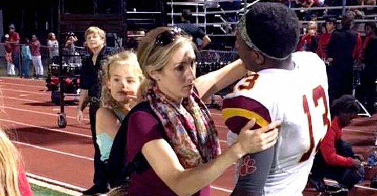 Una foto de una terapeuta física mientras trabaja se hizo viral; estaba en un partido, con embarazo de 35 semanas y cargando en su espalda a su hija de 3 años