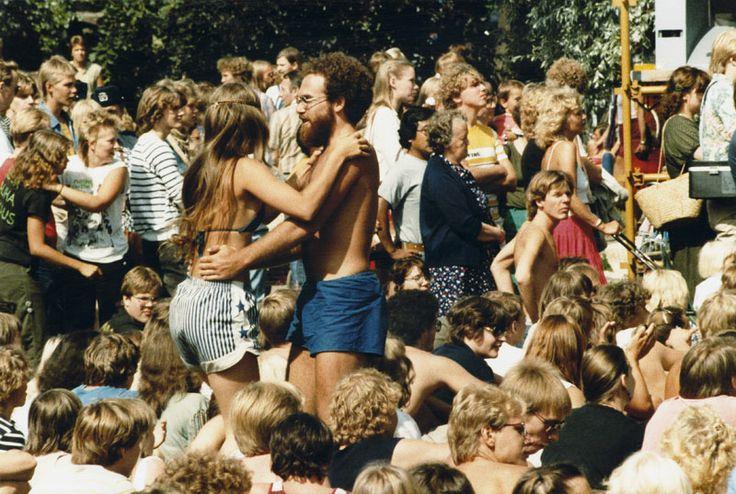 Konserttiyleisöä Kaivopuistossa vuonna 1982. Kuva: Helsingin kaupunginmuseo/Erik Rönneberg.