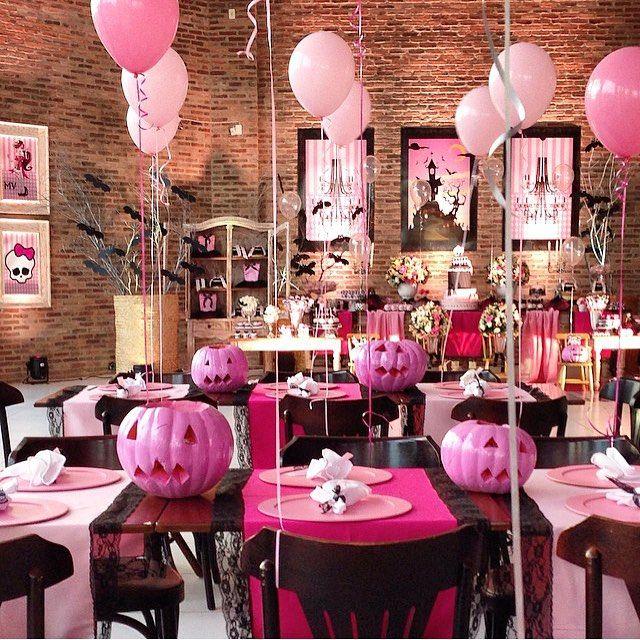Decoração super divertida para festa Monster High que pode servir de inspiração para Halloween! Adorei as caveiras pinks! Por @lubcavalcanti  #kikidsparty