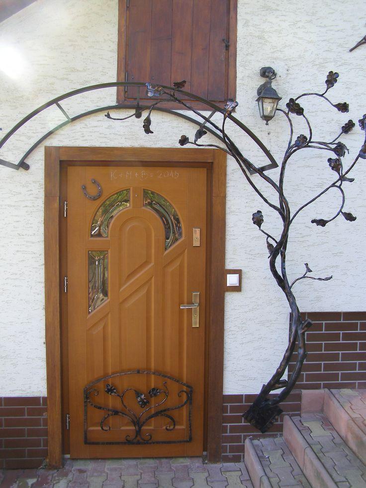 Hand forged roof. See more my work: https://www.facebook.com/OGNIK-kowalstwo-artystyczne-Szalowa-1536036913329982/?ref=hl   Ręcznie kuty daszek nad drzwi.