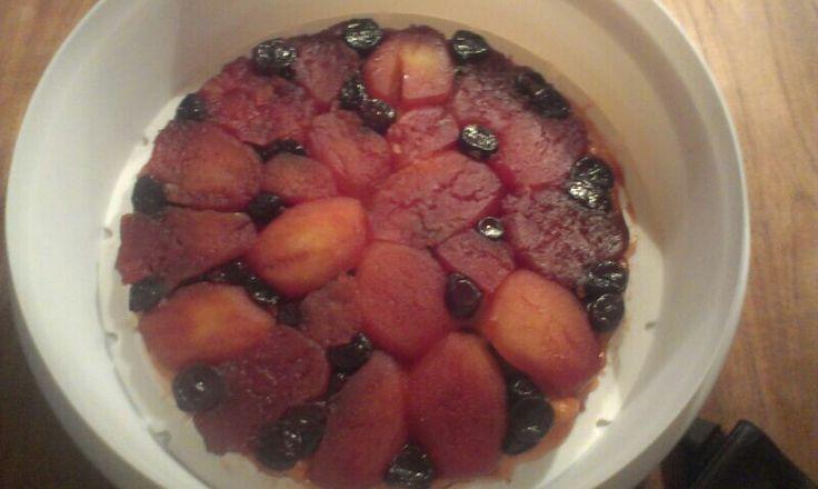 Omgekeerde nectarinetaart met kruiden en blauwe bessen