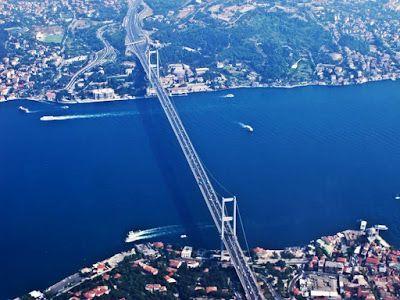 Vista aérea da ponte do Bósforo, em Istambul, na Turquia. Esta ponte tem 1560 m de comprimento, 39 m de largura. Possui 2 torres que estão a 105 m de altura, enquanto a plataforma onde está a estrada está a 64 m de altura. A ponte é pênsil, suspensa por cabos de aço.
