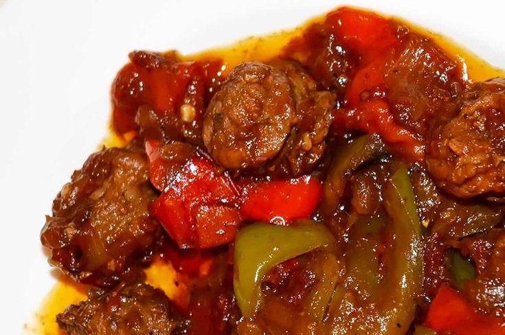 Σπετσοφάι (σπετζοφάι) πικάντικο: Δυνατό σε γεύση, βαρύ σαν πιάτο αλλά πεντανόστιμο και πασίγνωστο φαγητό που μας έρχεται από το υπέροχο Πήλιο, στην καυτερή του εκδοχή!