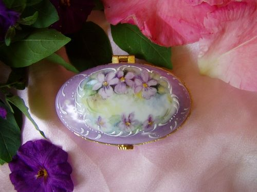 Hand Painted Porcelain Violets Oval Box: Hands Paintings, Porcelain Violets, Porcelain Paintings, Porcelain Boxes, Paintings Porcelain, China Paintings, Violets Oval, Oval Boxes, Fine China Violets