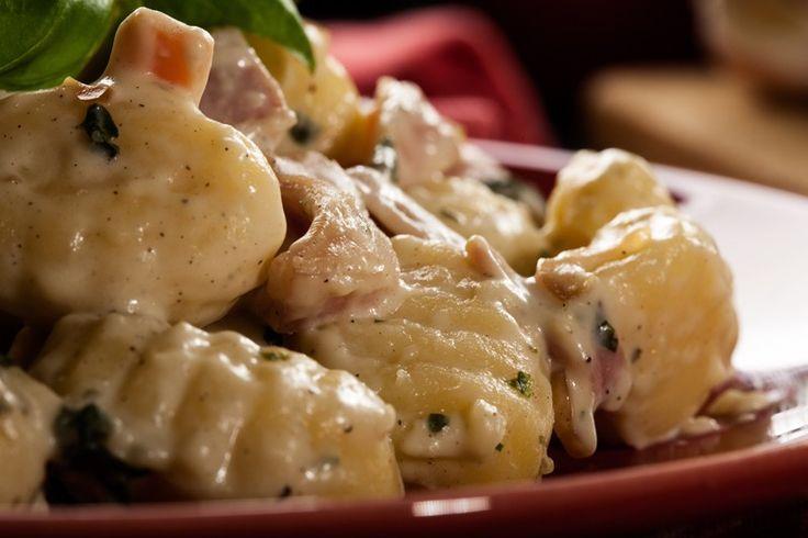 Gli gnocchi prosciutto e gorgonzola sono un primo piatto davvero semplice e veloce da preparare ma dal sapore cremoso ed intenso. Ecco la ricetta