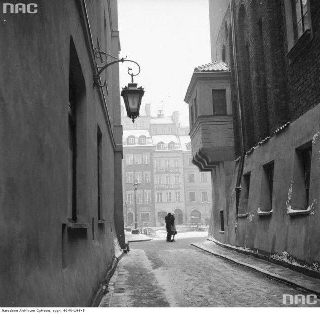 Ulica Wąski Dunaj w kierunku Rynku Starego Miasta w Warszawie, 1973-01-25.