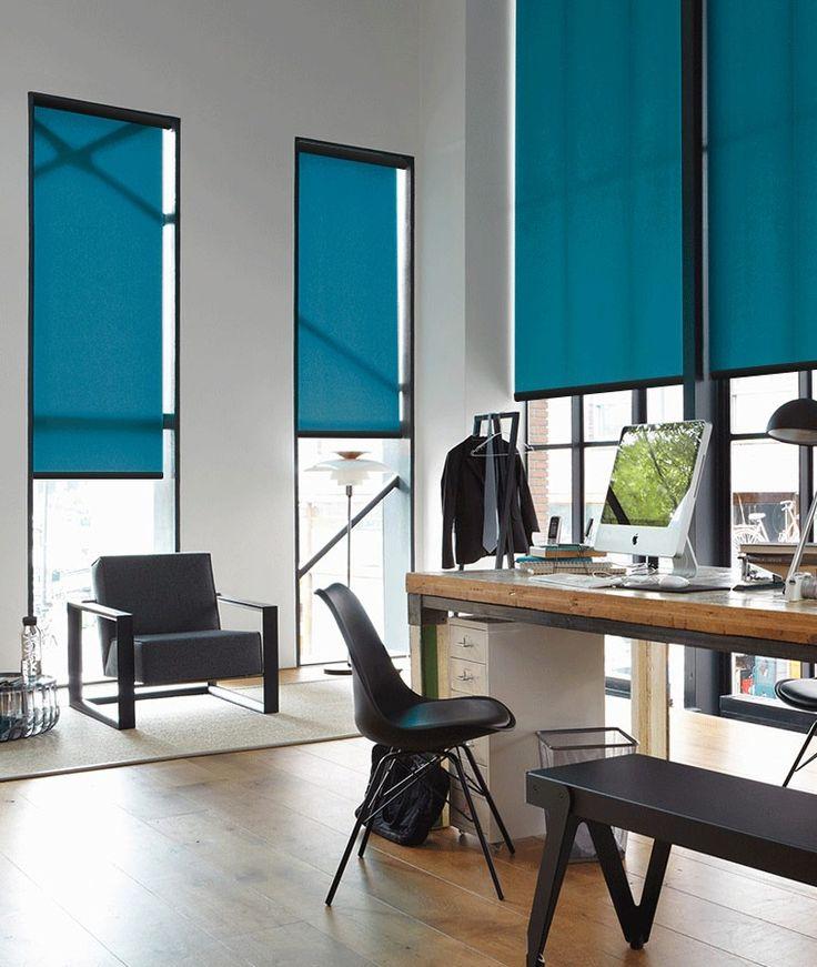 Un bureau très classe & design avec le store enrouleur coffre ! Ce store assure une finition de qualité et un rendu très esthétique #surmesure #store #blind #enrouleur #tamisant #bleu #blue #deco #ideedeco #storesdiscount