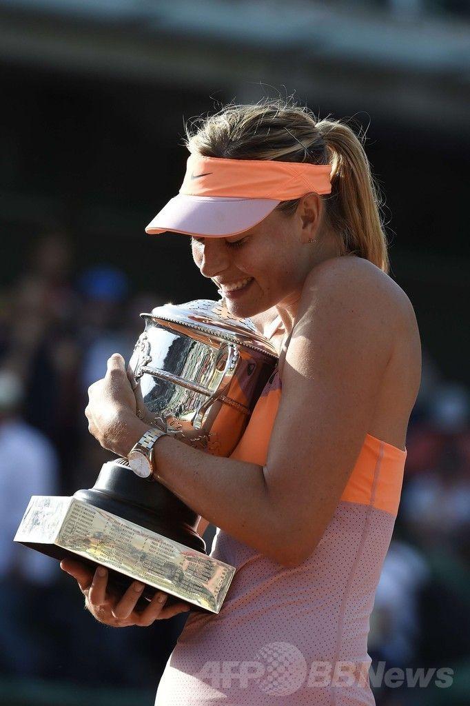 全仏オープンテニス(French Open 2014)、女子シングルス決勝。トロフィーを抱きかかえるマリア・シャラポワ(Maria Sharapova、2014年6月7日撮影)。(c)AFP/PASCAL GUYOT ▼8Jun2014AFP|シャラポワが2年ぶり2度目の優勝、全仏オープン http://www.afpbb.com/articles/-/3017044 #Maria_Sharapova #French_Open #Internationaux_de_France_de_tennis #Torneo_de_Roland_Garros