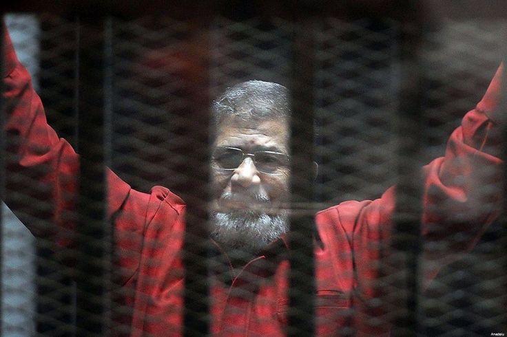 "Mesir mencabut hukuman mati Muhammad Mursi  MESIR (Arrahmah.com) - Sebuah pengadilan Mesir hari ini menerima banding dari mantan Presiden Muhammad Mursi dan para pemimpin serta anggota kelompok Ikhwanul Muslimin dalam kasus ""penyerbuan penjara"" mencabut hukuman mati dan hukuman penjara yang diberikan kepada mereka lansir MEMO pada Senin (14/11/2016).  Pengadilan Kasasi menggelar sebuah sesi yang berlangsung hanya beberapa menit hari ini. Nota dari Jaksa Penuntut Umum yang direkomendasikan…"