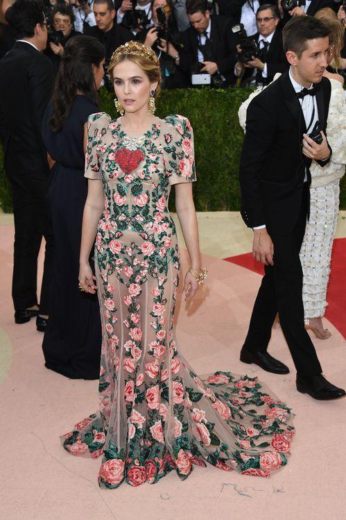 Zoey Deutch en robe Dolce & Gabbana sur-mesure
