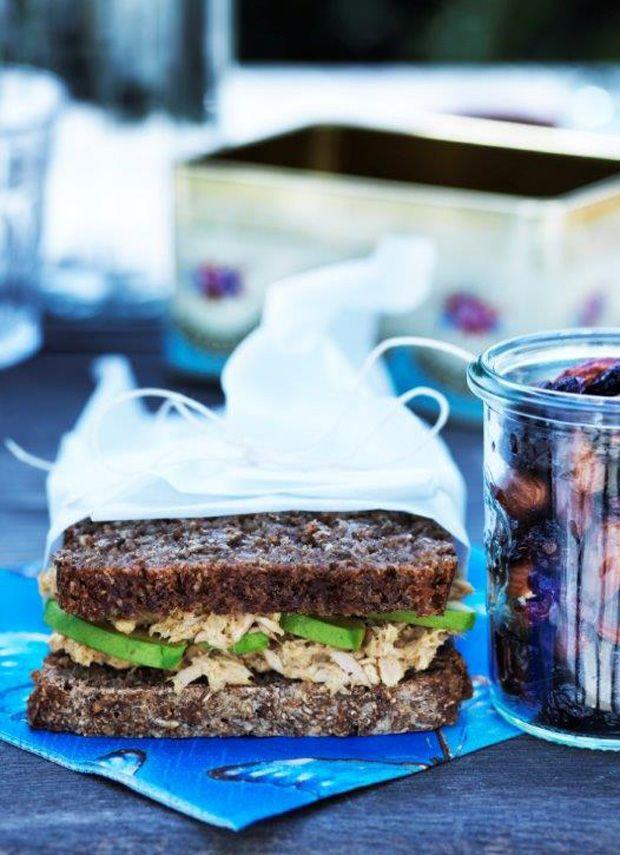 En rugbrøds-sandwich er både lækker og nem at have med som madpakke eller i picnickurven. Lav den med tun, avocado, karry og sennep.