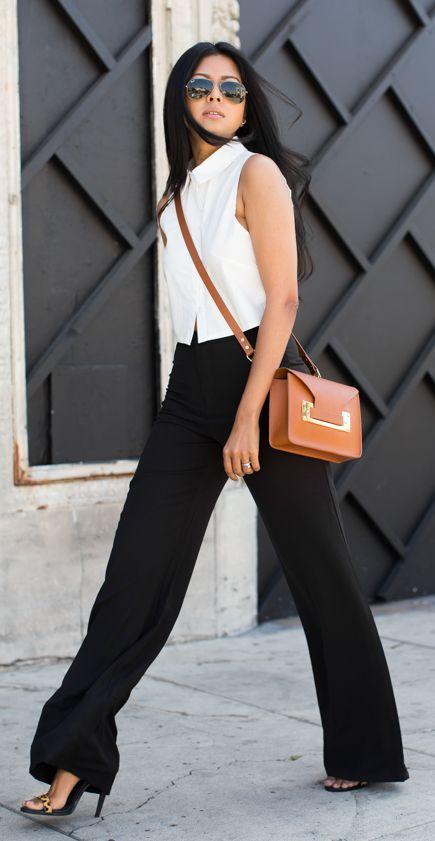 Este con blusa delgada nueva, pantalon negro de bolas (español) y botines camel