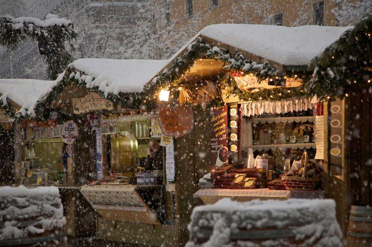 Weihnachten im Trentino: Trient  baut seine Holzhäuschen an zwei historischen Plätzen auf: Piazza Fiera und Piazza Cesare Battisti, und verspricht einen attraktiven Mix von lokaler Handwerkskunst und Gastronomie nach bester Alpentradition. In Arco am Gardasee warten 40 Markstände mit vielen Geschenkideen für Weihnachten auf: handgefertigte Krippen, Kunstwerke aus Filz, Naturprodukte, Laternen und vieles mehr. Am Wochenende laden Weihnachtskonzerte oder Krippenausstellungen zu einem Besuch!