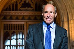 """Sir Timothy """"Tim"""" John Berners-Lee OM, KBE (TimBL o TBL) (Londres, Reino Unido, 8 de junio de 1955) es un científico de la computación británico, conocido por ser el padre de la Web."""