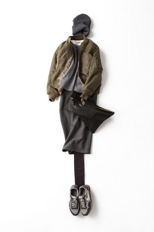 MA-1を色っぽくエレガントに着る  グレーのクルーネックニット×ペンシルタイトスカート、華奢なピアス、腕元にはチェーンブレスレット…色はシック、シルエットはエレガントな着こなしにMA-1をはおって。たったそれだけで、シックな雰囲気が急にかっこよくなってパワーが出る。ニットの下にタンクトップをトリミングっぽく合わせた、白の〝ちょっと見せ〟もポイント。