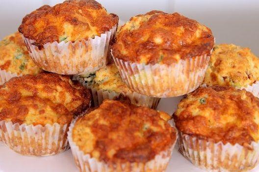 Αφράτα, πεντανόστιμα, λαχταριστά πιτσάκια muffins, για το σπίτι, το σχολείο, το γραφείο, τη θάλασσα, το πικ νικ, τη μπύρα ή το κρασάκι μας. Υπέροχα πιτσάκια muffins για τους μικρούς μας φίλους, για εμάς, τους καλεσμένους μας.. μια εύκολη και γρήγορη συνταγή για να τα απολαύσετε ζεστά ή κρύα. Δείτε την εκτέλεση της συνταγής σε βίντεο …