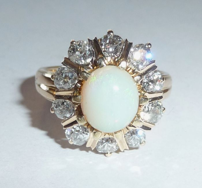 Antieke rosegoudring met Australische opaal 1,6 ct + ca. 1,4 ct. diamanten ringmaat 54 = 17,2 mm