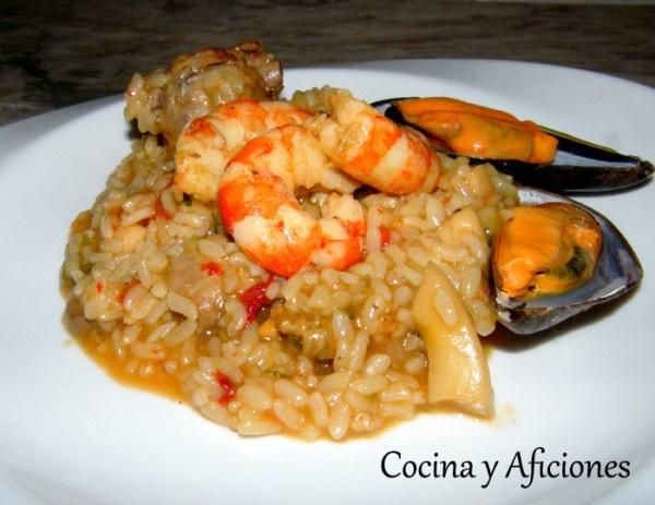 Un arroz delicioso, en su justo punto de sabor y de textura, con los ingredientes necesarios, es un mar y montaña, para ser casi perfecto. Si no te lo dicen no te puedes imaginar que este riquísimo arroz esta cocinado en una olla exprés.