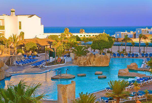 ElDiverhotel Playaverdede Lanzarote se encuentra situado a pocos kilómetros de Arrecife, y dentro de Costa Teguise, al borde del Océano Atlántico y rodeado de un precioso jardín canario.En sus instalaciones cuentan con amplias zonas de juegos al aire libre yuna gran piscina exterior tematizada con toboganes, ideal para el disfrute de toda la familia! Lanzarote …
