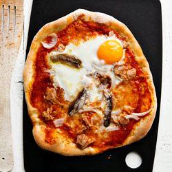 http://www.kwestiasmaku.com/ryby_i_owoce_morza/tunczyk/pizza_nicejska/przepis.html
