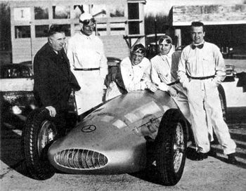 ... de 1939 junto al Formula W-154 (1939), de izquierda a derecha Alfred Neubauer, Richard Seaman, Manfred von Baruchitsch, Herman Lang y Rudolf Caracciola
