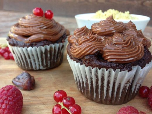 GF Chocolate quinoa cupcakes sweetened with dates! Topped with honey ...