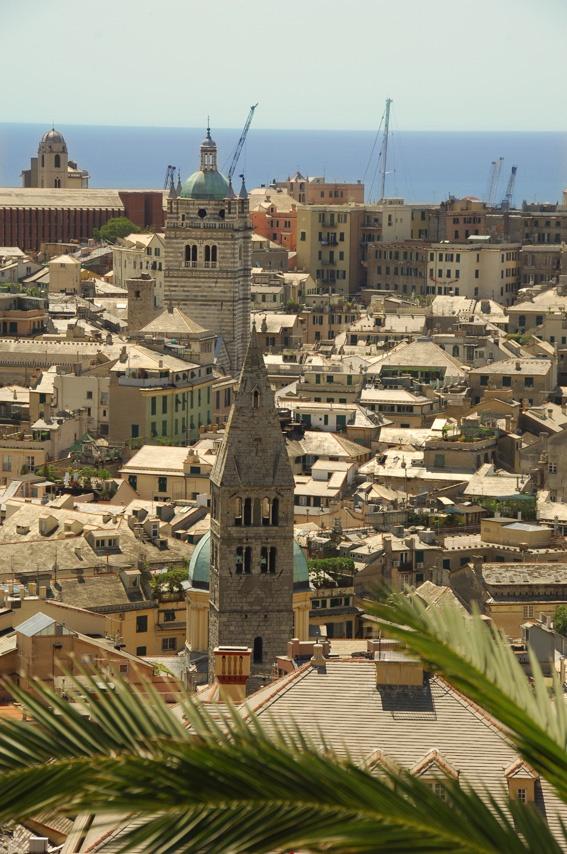 Vista da Spianata Castelletto sui tetti di Genova, Liguria - © Roberto Merlo