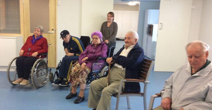 Ensimmäinen ryhmä retkellä uudessa Seniorikeskuksessa...