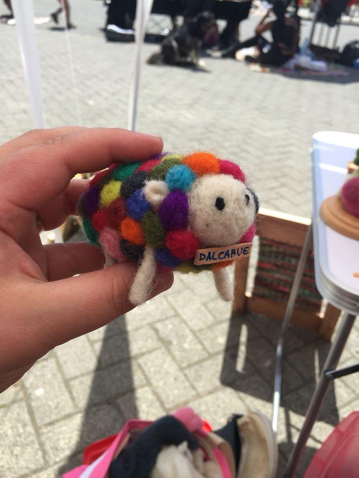 Oveja multicolor en fieltro agujado