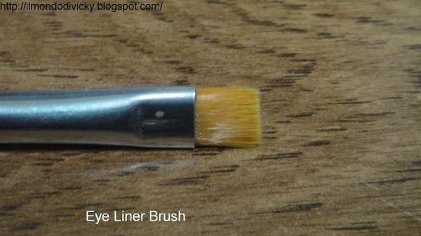 Pinceau Eyeliner (#1814) http://www.eyeslipsface.fr/produit-beaute/pinceau-eyeliner-application-ultra-fine