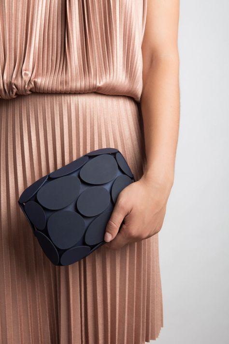 Armure. La #clutch interamente stampata in #3D dalla casa di #moda italiana, @Maison203. #fashion #tech #biomimicry #madeinitaly