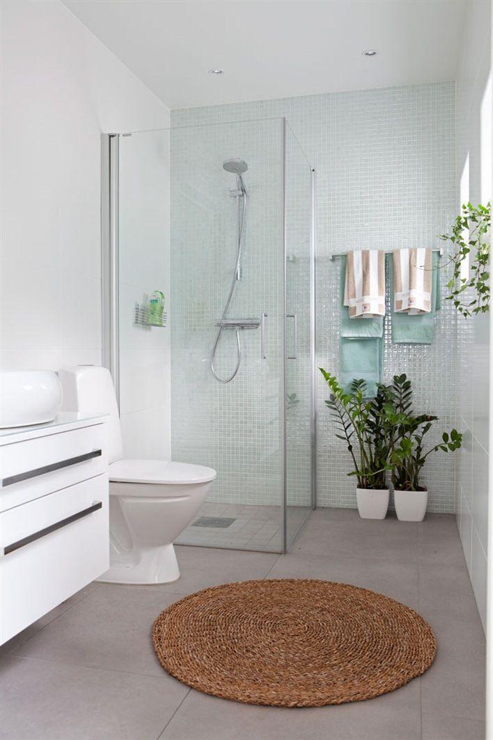 Minimalistin kylpyhuone pienin maustein. #etuovisisustus #kylpyhuone
