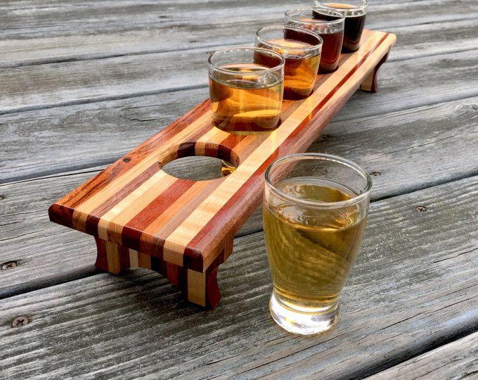 Este vuelo de cerveza artesanal es un sampler de 4 vidrios de las maderas: nogal, arce rizado y caoba de Santos. Este vuelo es 17,5 de largo y 4 de ancho. Se sienta en aproximadamente 2 3/4 de alto. Los orificios para los vasos son agujeros de 2 de diámetro. 4 gafas están incluidos con este vuelo de cerveza, y son vasos de muestras de cerveza de 5 oz. Este artículo terminó con 7 capas de una mano frotó el aceite y una capa de cera. Acabado de cera y nota final hace un buen resistente a...