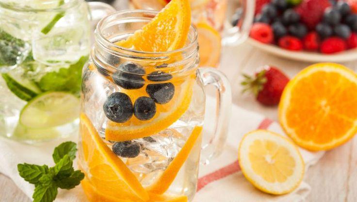 Die verplichte 1,5 - 2 liter vocht per dag? Dat is makkelijk haalbaar wanneer je varieert. Met dit sinaasappelwater met blauwe bessen bijvoorbeeld.
