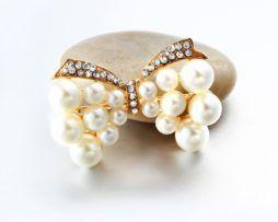Luxusná brošňa v tvare motýlika s kryštálikmi a perlami.