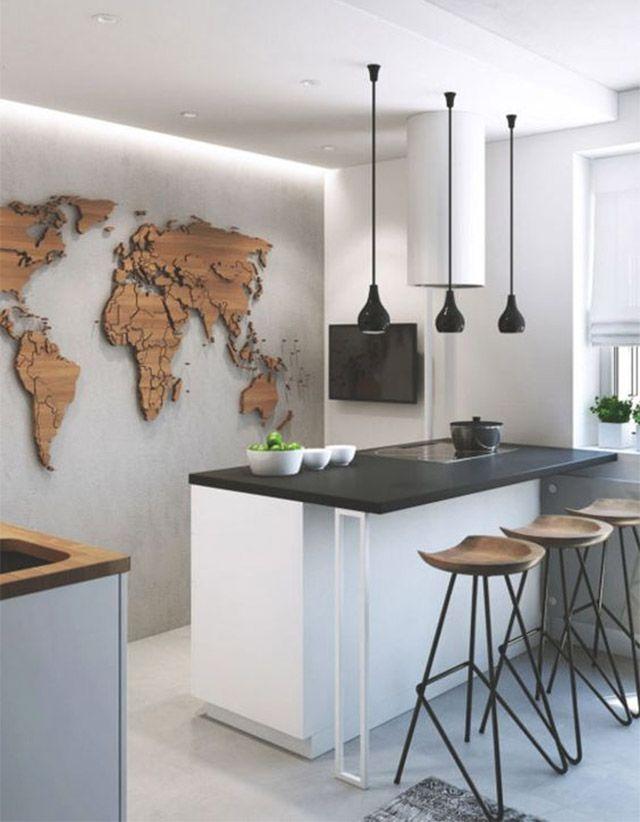 Los mapas son un elemento muy recurrente en decoración y no tienen por qué estar impresos sobre alguna superficie o enmarcados. Puedes utilizar distintos materiales para componer tu mapa en el muro y hacerlo tan personal como quieras. Mapa Mundi de madera en el muro de la cocina.