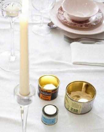 Décorez la table avec des bougies de tailles différentes dans différents supports
