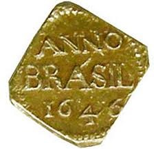 1646 - A PRIMEIRA MOEDA BRASILEIRA: a moeda portuguesa, o real, foi usada no Brasil durante todo o Período Colonial. Assim, tudo se contava em réis - plural popular de real. O dinheiro vinha de Portugal. Em 1624, a Holanda invadiu pela primeira vez o Nordeste brasileiro. Sob seu domínio, foi realizada a primeira cunhagem de moedas em território nacional. Quadradas, pequenas, feitas em ouro e prata, elas surgiram em Pernambuco, em 1645. First ever Brazilian coin from 1646.