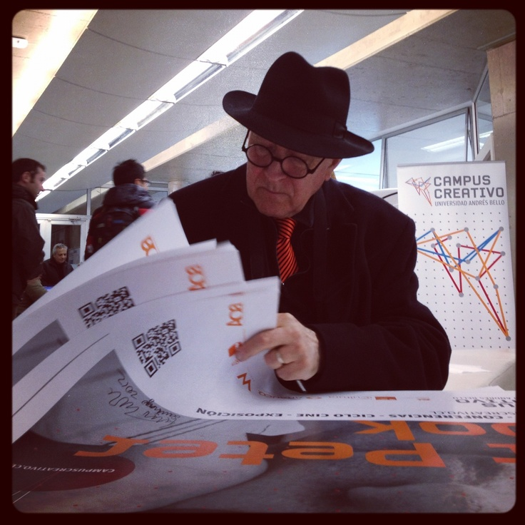 Sir Peter Cook. Firmando afiches...