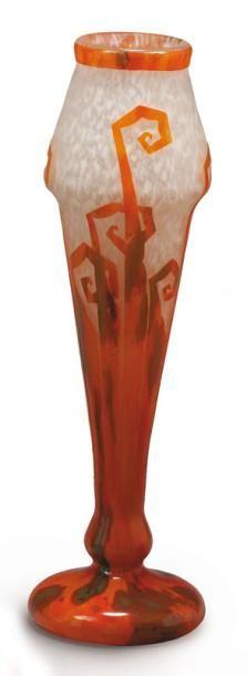CHARDER - LE VERRE FRANÇAIS Fougères Vase en verre double, fuselé à col ourlé et base bulbée à rebond Décor de feuilles stylisées détouré en réserve brillante de couleur orange sur un fond givré, jaspé… - Millon - 10/12/2007