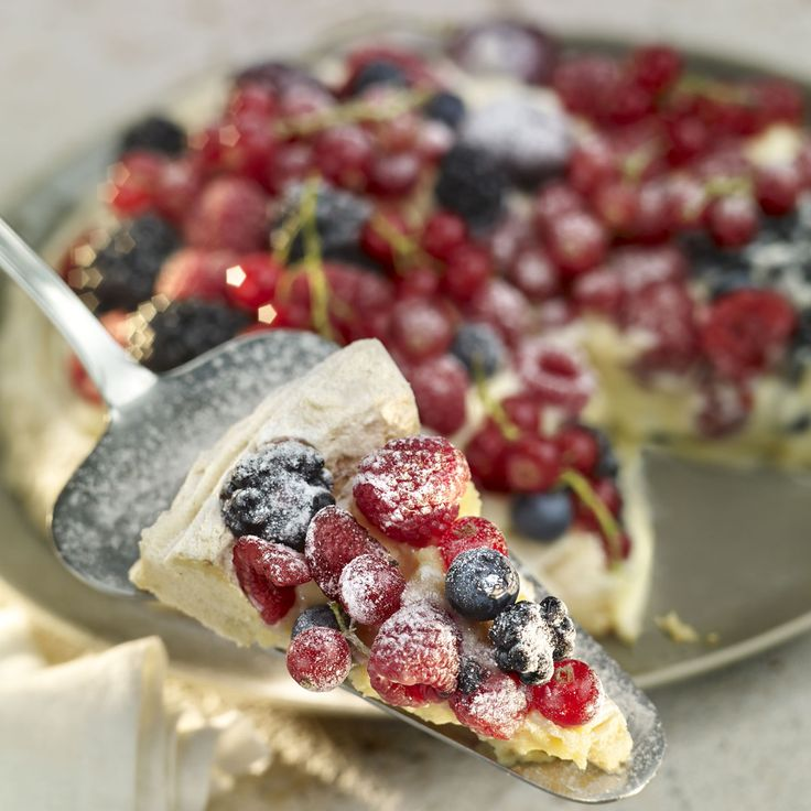 Descubre como preparar paso a paso la receta de Tarta Pavlova con crema de frutos del bosque. Te contamos los trucos para que triunfes en la cocina con Postres para chuparse los dedos