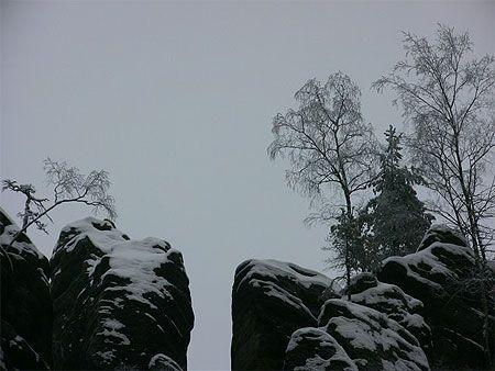 Teplice     République tchèque > Bohême du Nord  Du sud au nord, le lit de l'Elbe forme l'axe de la Bohême du Nord. Bien qu'une partie de la Bohême du Nord soit très industrialisée, on trouve au nord de Dĕčin un véritable paradis naturel notamment en « Suisse tchèque » dont les roches en grès ont été façonnées par les eaux et le vent.