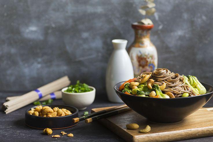 Les nouilles Soba – des pâtes japonaises au sarrasin, riches en fibres et en protéines – sont un ajout excellent et sain à toute soirée 'sauté'. Surtout quand elles sont assaisonnées avec de l'huile de sésame, du mirin, du Sriracha et de la lime et associées à du bok choy, à des poivrons doux, à de l'edamame et à des noix de cajou grillées. Léger mais réellement rassasiant, ce plat est aussi nutritif que délicieux.